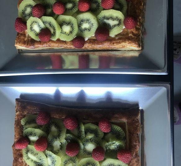 Tarta de hojaldre con crema pastelera y kiwi
