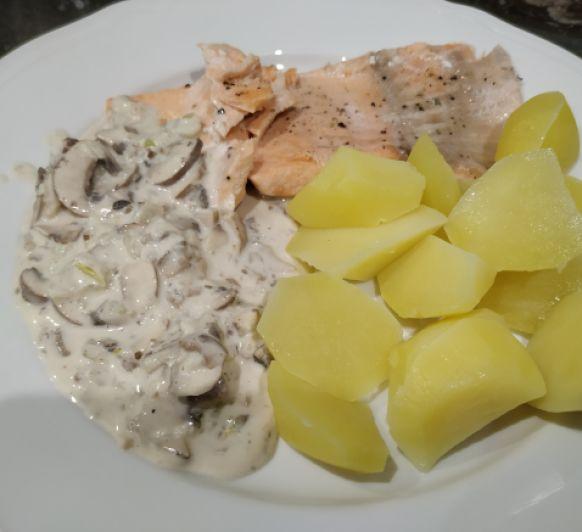 Salmón con salsa de champiñones y patata