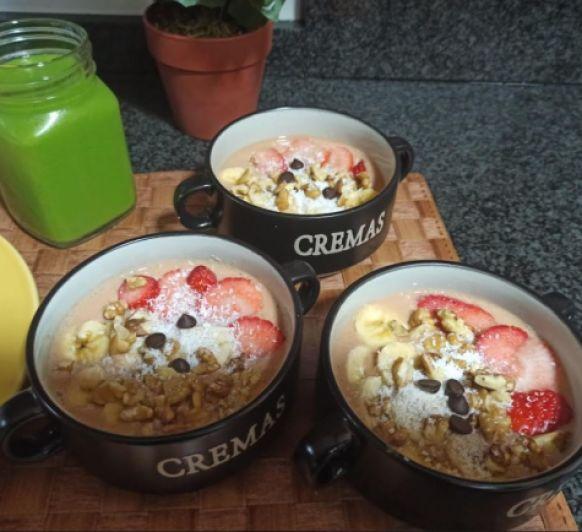 Smoothie bowl de fresas, coco y chocolate